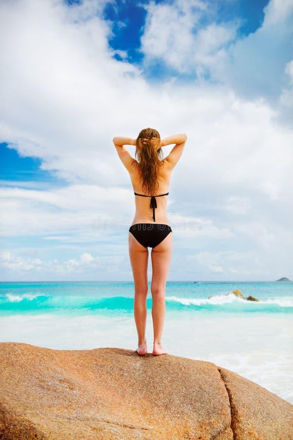 Jeune femme la plage photos libres de droits