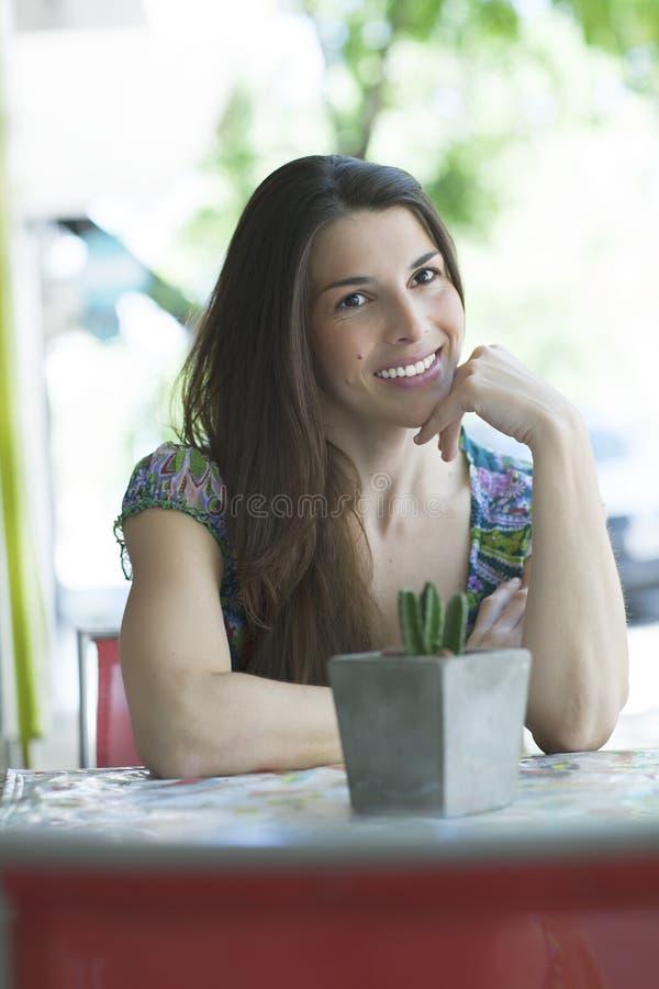 Jeune femme latine à la barre de rue photographie stock