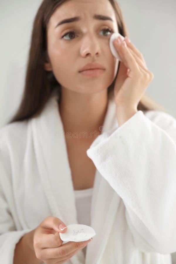 Jeune femme le problème de perte de cil étant coupé le maquillage photographie stock libre de droits