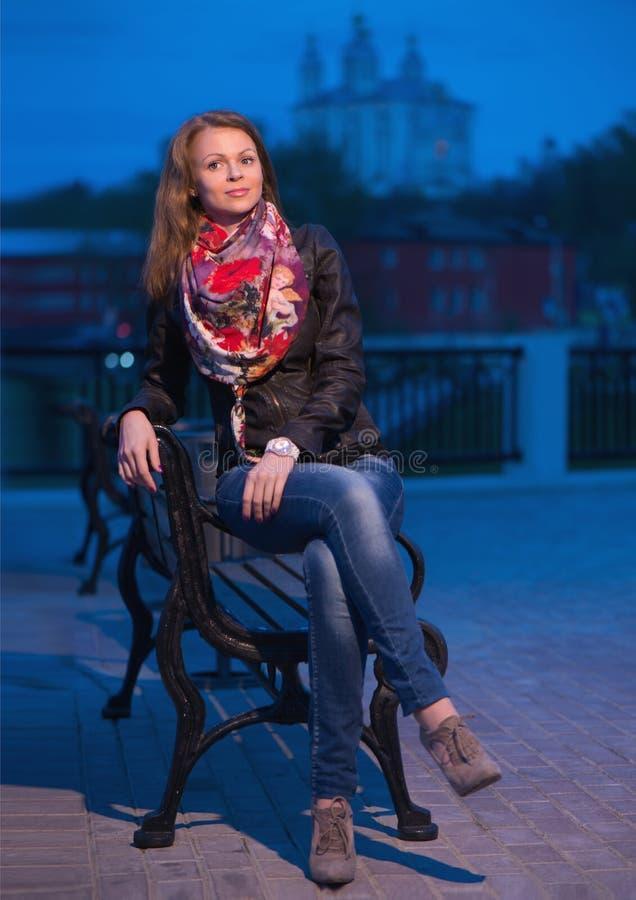 Jeune femme le soir en parc de ville image stock