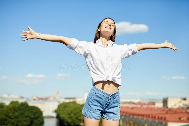 Jeune femme libre sur le toit images stock