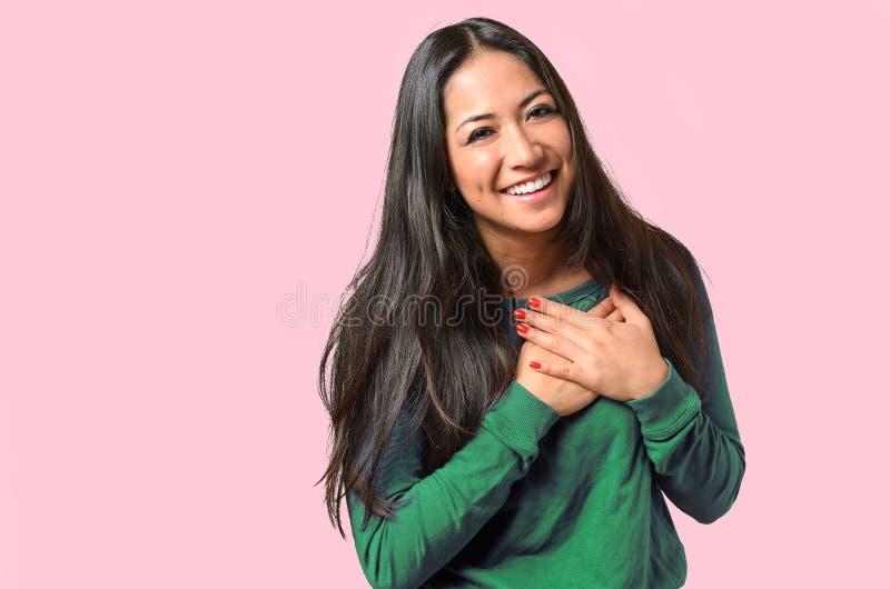 Jeune femme lui montrant la gratitude sincère photographie stock