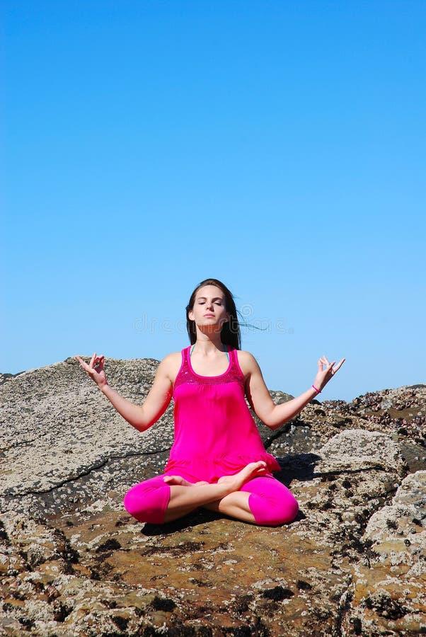 Jeune femme méditante image stock