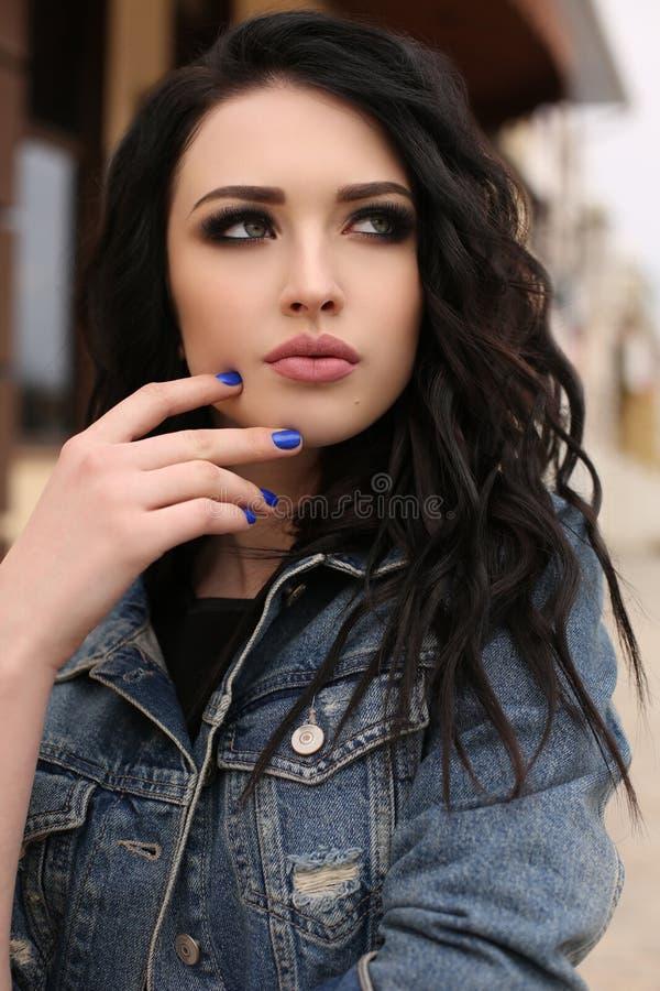 Jeune femme magnifique avec les cheveux foncés dans des vêtements sport photographie stock