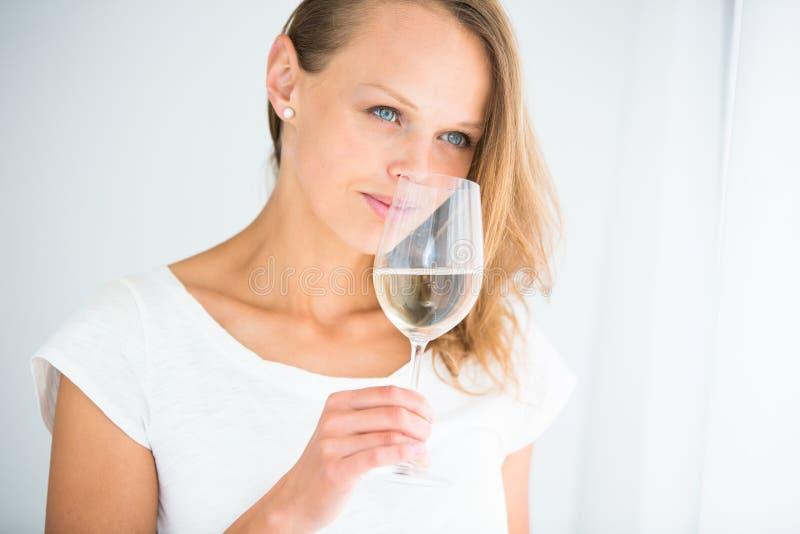 Jeune femme magnifique avec un verre de vin photographie stock