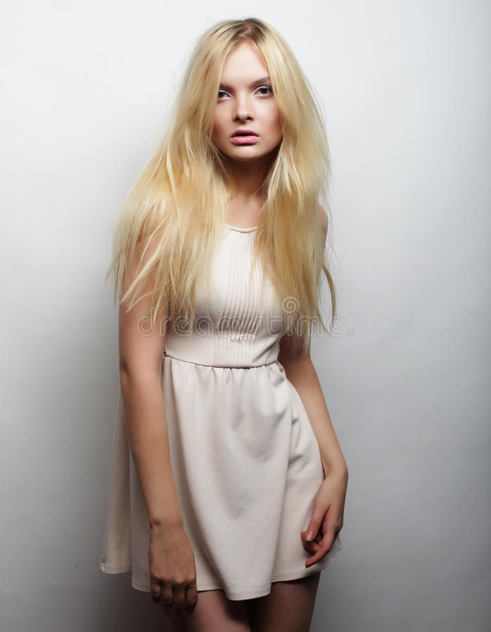 Download Jeune Femme Magnifique Dans La Robe Blanche Image stock - Image du sensuel, luxe: 77152805