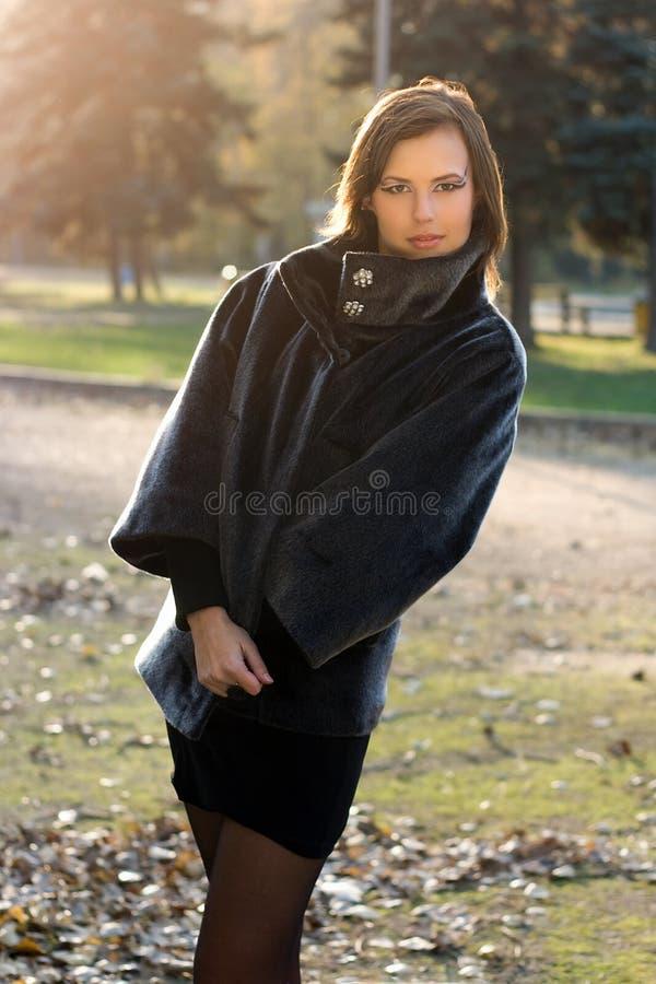 Jeune femme magnifique en stationnement d'automne photo libre de droits