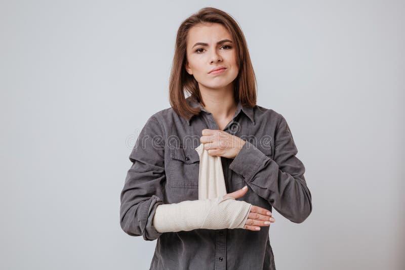 Jeune femme malade avec le plâtre en main images libres de droits