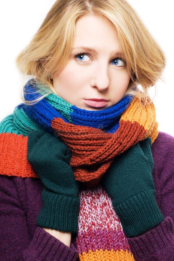 Jeune femme malade de beauté avec l'écharpe et les gants image stock