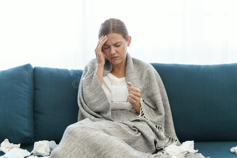 Jeune femme malade et adulte à la maison images stock