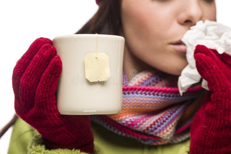 Jeune femme malade tenant la tasse avec accrocher vide de sachet à thé photos stock