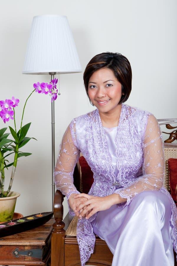 Jeune femme malaise dans le kurung rose de baju, photographie stock