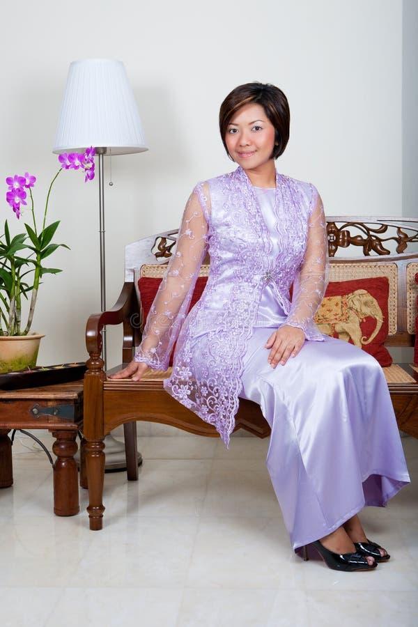 Jeune femme malaise dans le kurung rose de baju, photographie stock libre de droits