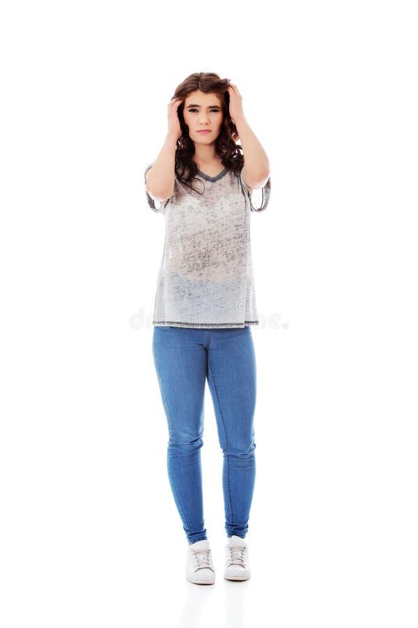 Jeune femme malheureuse avec de longs cheveux foncés images stock