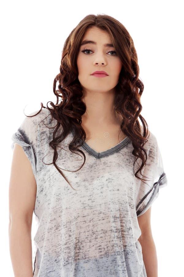 Jeune femme malheureuse avec de longs cheveux foncés image libre de droits