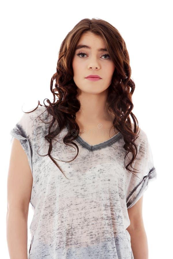 Jeune femme malheureuse avec de longs cheveux foncés images libres de droits