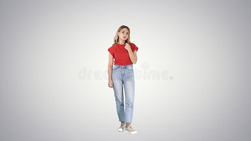 Jeune femme malheureuse et réfléchie dans occasionnel sur le fond de gradient photo stock