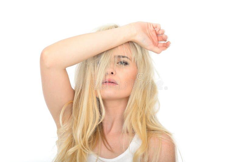 Jeune femme malheureuse soumise à une contrainte attirante semblant fatiguée et frustrante images stock