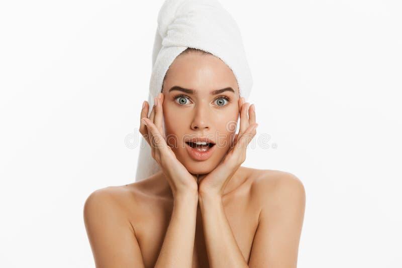 Jeune femme malheureuse trouvant une acné sur une joue D'isolement sur le fond blanc photos stock