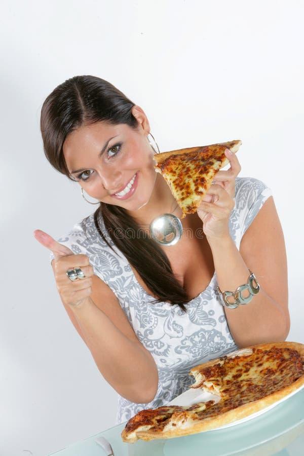 Jeune femme mangeant de la pizza photographie stock