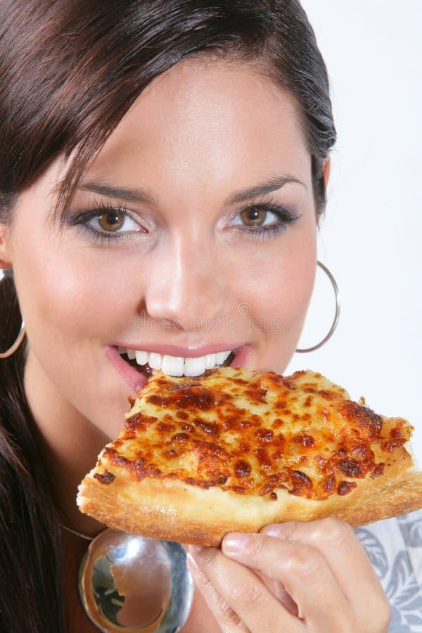 Jeune femme mangeant de la pizza image libre de droits