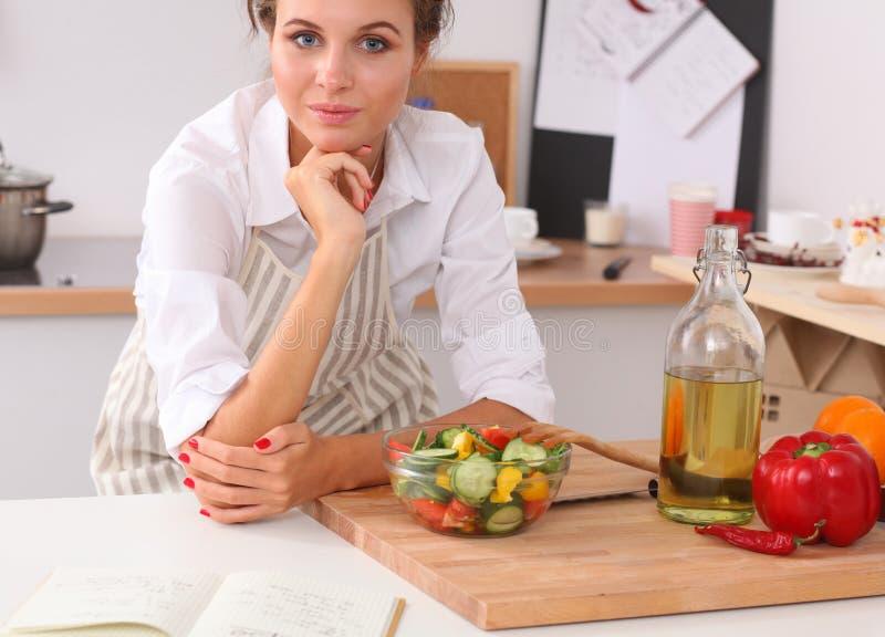 Download Jeune Femme Mangeant De La Salade Fraîche Dans La Cuisine Moderne Image stock - Image du frais, brunette: 87701217
