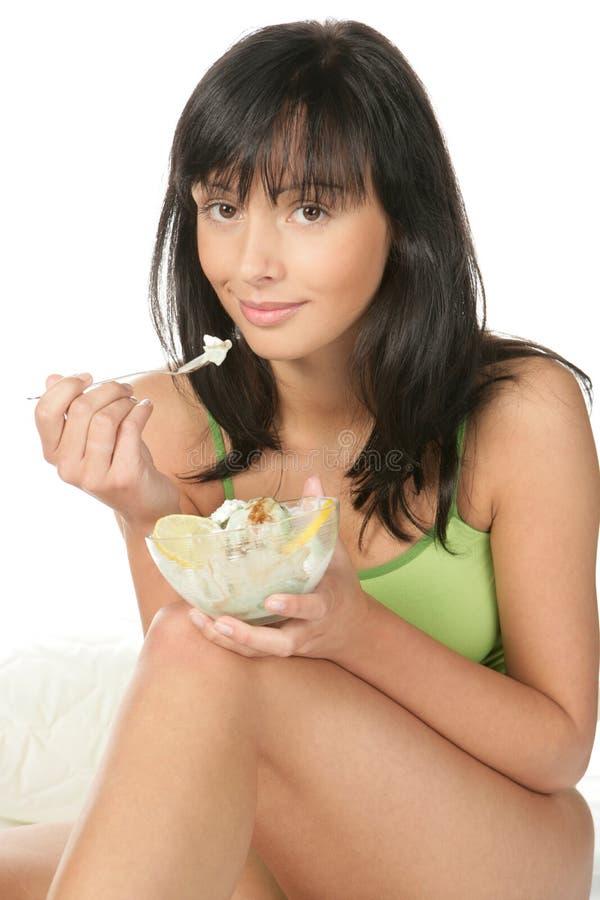 Jeune femme mangeant des bonbons photos libres de droits
