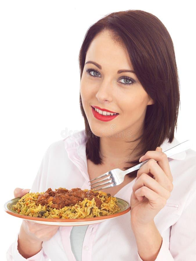 Jeune femme mangeant l'agneau Rogan Josh Indian Curry photos stock