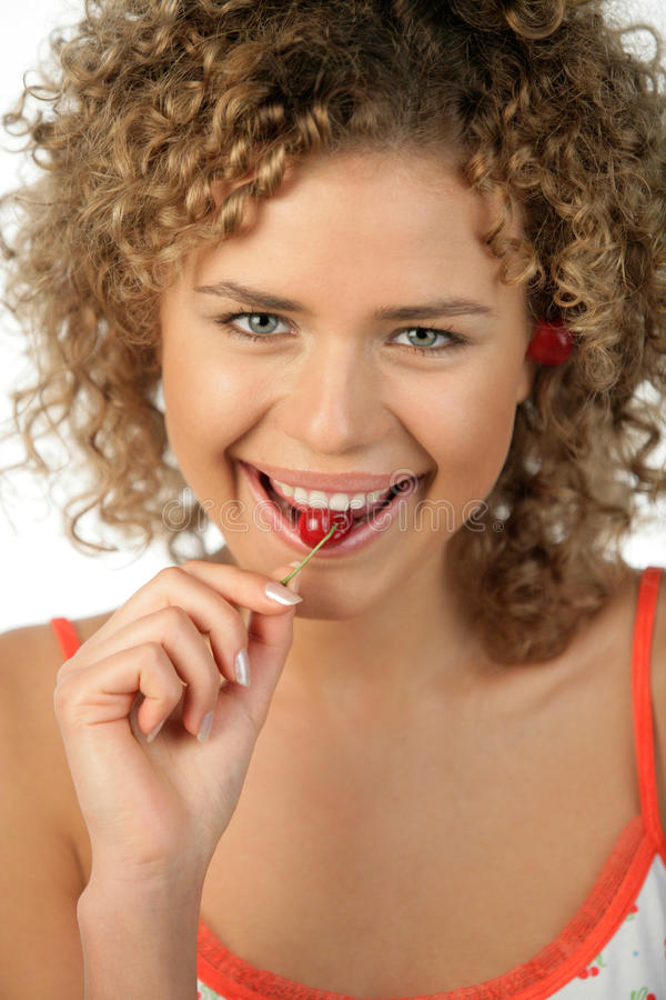 Jeune femme mangeant la cerise image libre de droits