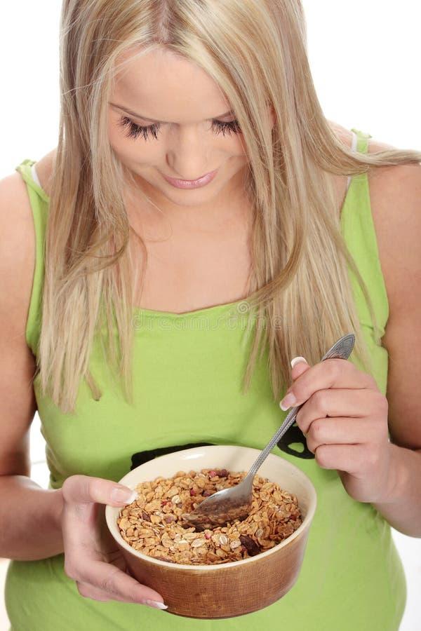 Jeune femme mangeant la mousseline images stock