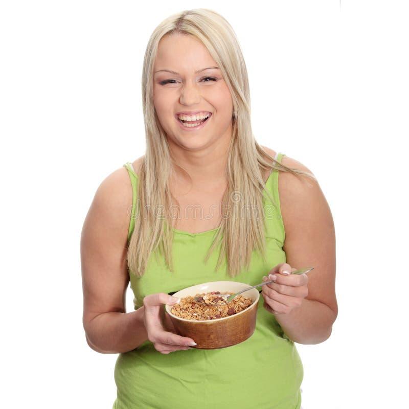 Jeune femme mangeant la mousseline image stock