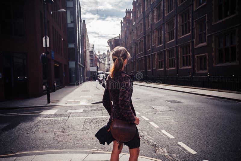Download Jeune Femme Marchant Dans La Rue Photo stock - Image du mode, bonheur: 45369760