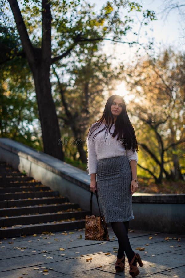 jeune femme marchant en parc ensoleillé de ville image libre de droits