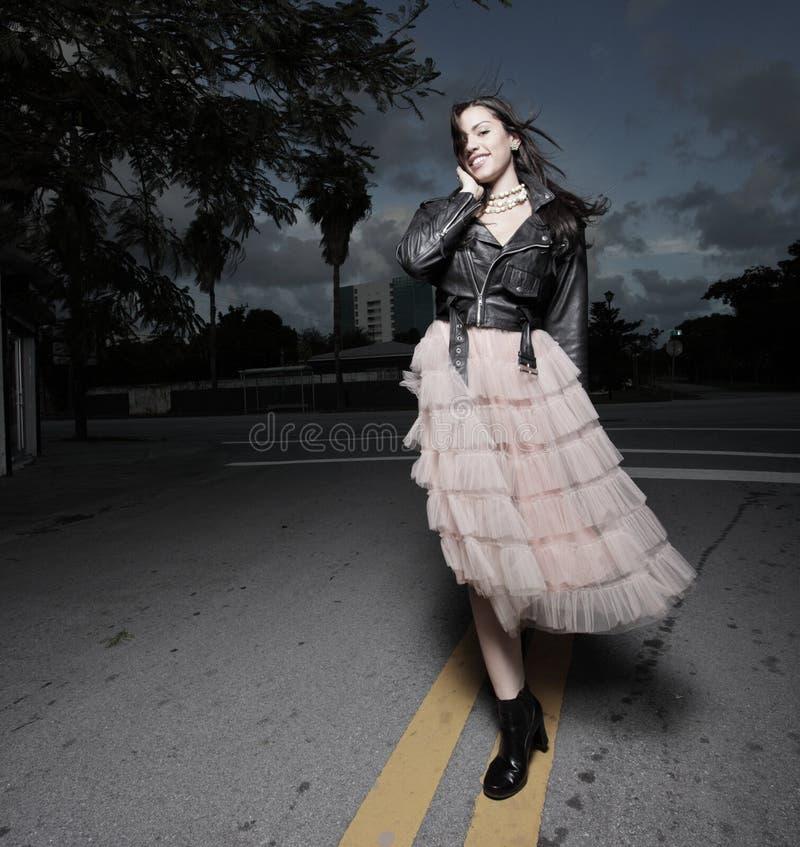 Jeune femme marchant les rues photos stock