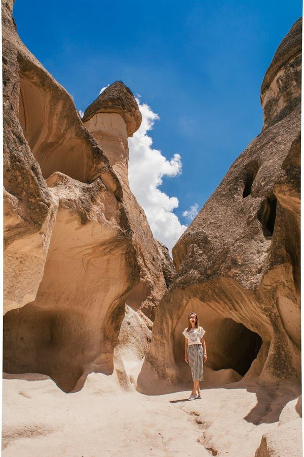 Jeune femme marchant parmi la vallée de Pasabag dans Cappadocia photographie stock