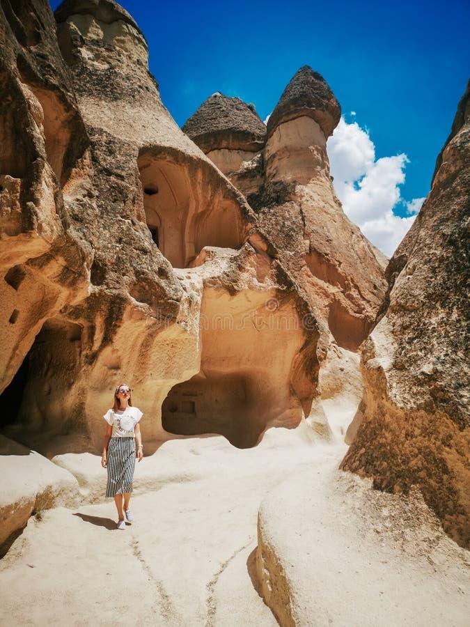 Jeune femme marchant parmi la vallée de Pasabag dans Cappadocia photo stock