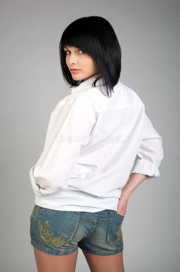 Jeune femme mignon dans la chemise de mens photos stock