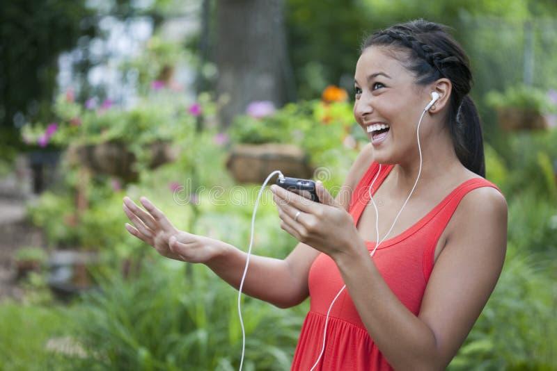 Jeune femme mignon dansant en musique à l'extérieur photos stock