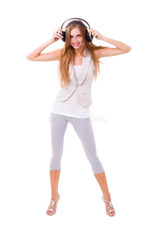 Jeune femme mignonne avec des écouteurs images stock