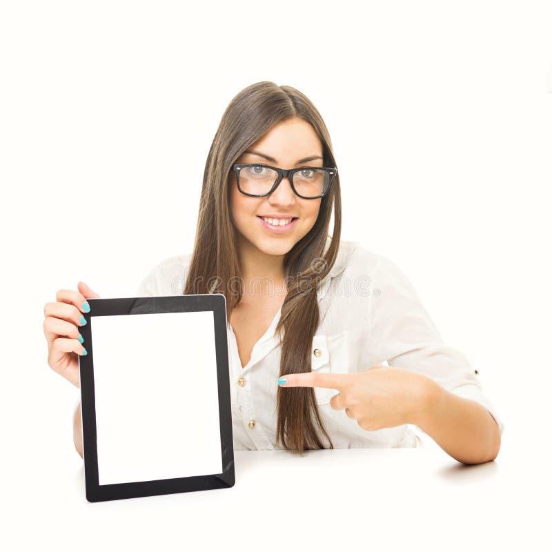 Jeune femme mignonne avec des verres montrant le comprimé image libre de droits