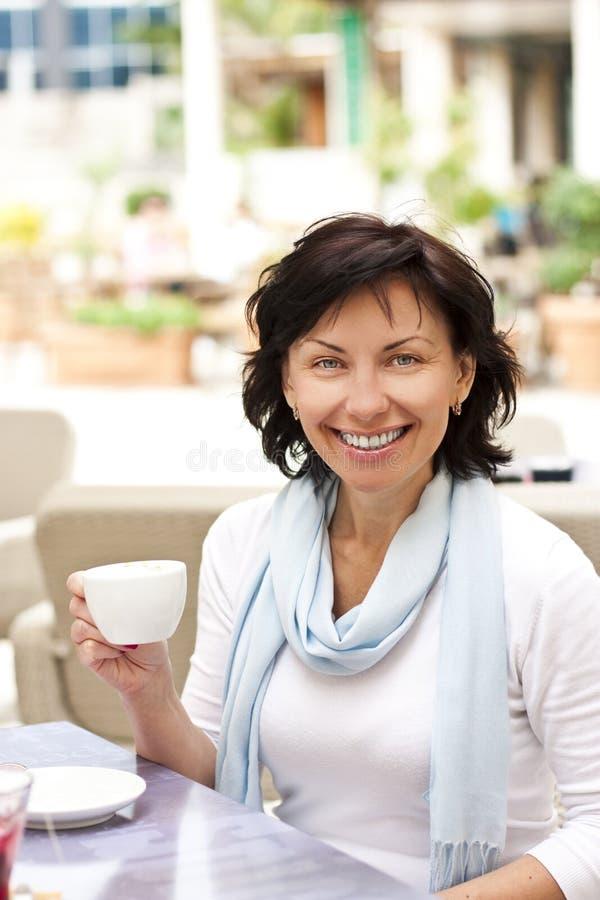 Jeune femme mignonne avec une cuvette de coffe photos libres de droits