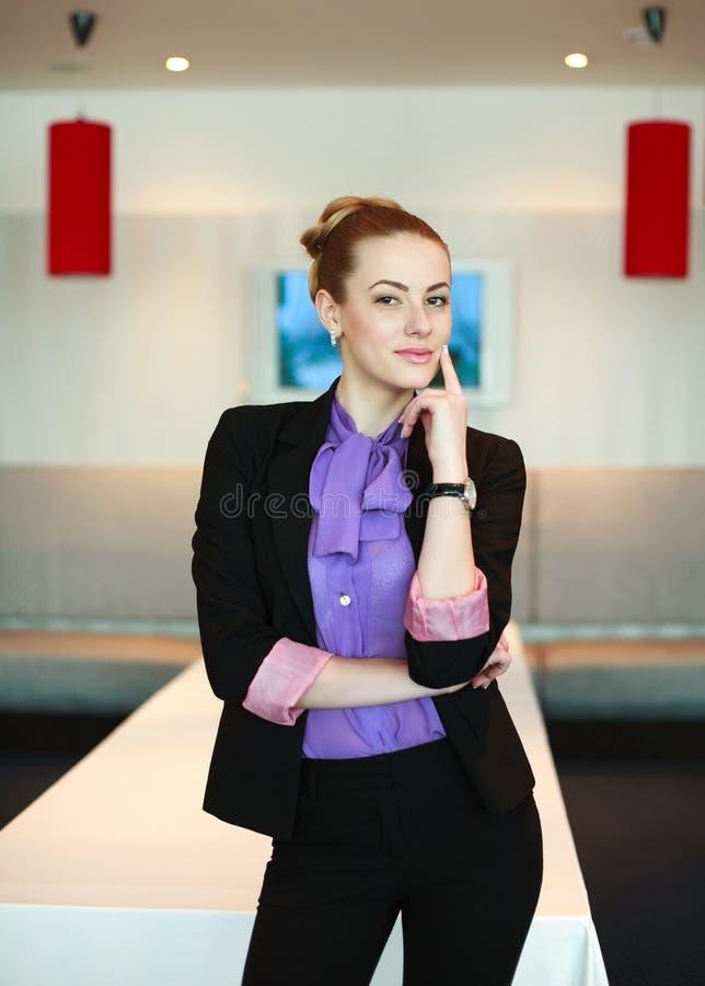Jeune femme mignonne d'affaires dans le lieu de réunion images stock