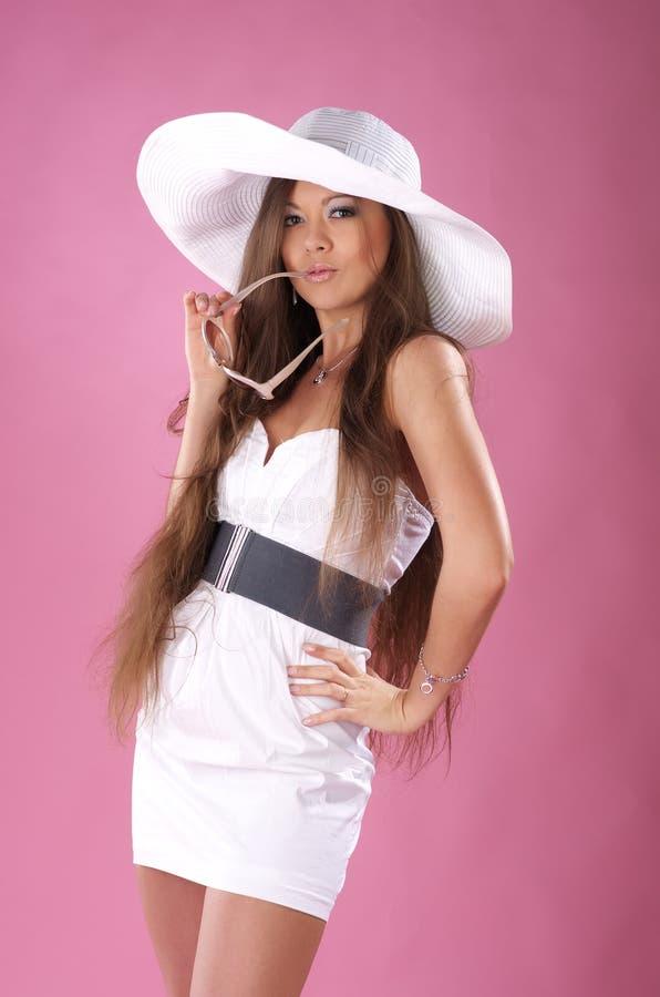 Jeune femme mignonne dans la robe blanche photographie stock libre de droits