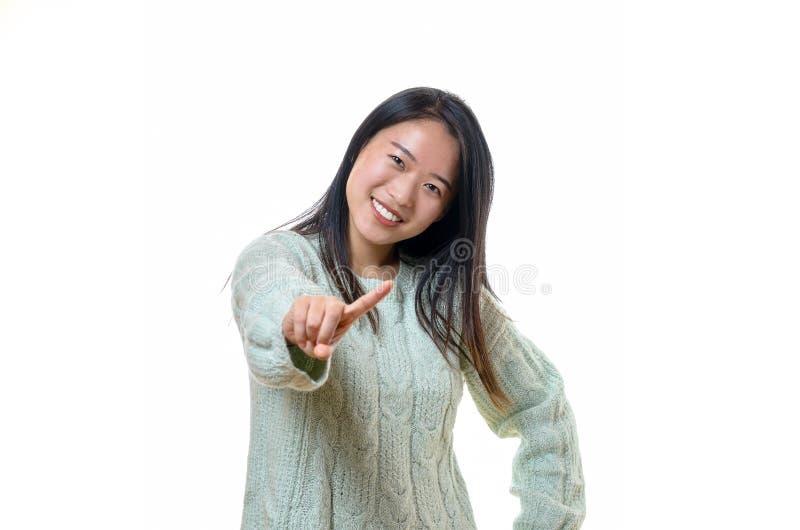 Jeune femme mignonne remuant son doigt photos stock