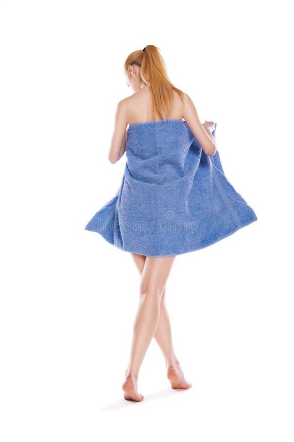 Jeune femme mince après bain avec la serviette au-dessus du blanc photo stock