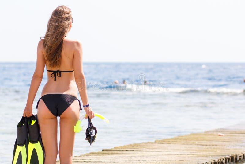 Jeune femme mince avec la substance naviguante au schnorchel à la mer photos stock