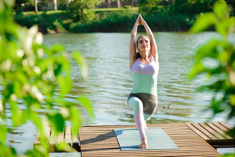 Jeune femme mince de yoga faisant de beaux exercices d'asana Style de vie sain Étirage photos libres de droits