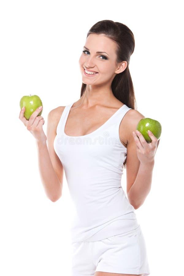 Jeune femme mince en bonne santé avec deux pommes vertes. photo libre de droits