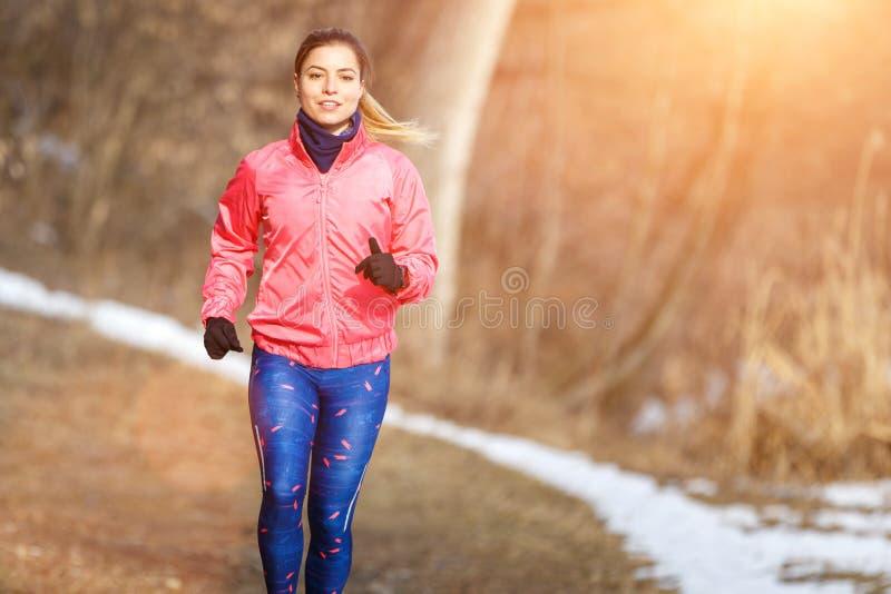 Jeune femme mince pulsant en parc d'hiver photographie stock
