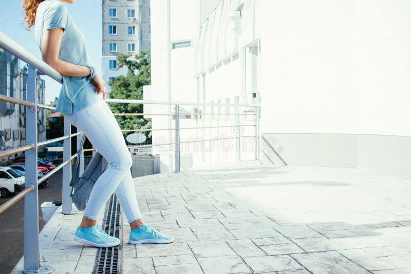 Jeune femme mince se tenant sur le balcon pendant l'été photographie stock libre de droits